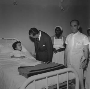ar - Arquivo, 23/08/1957, Hospitais - Hospitais RJ Instituto Nacional do Câncer. Inauguração. Na foto: Jucelino Kubitschek. Foto:  Arquivo / Agência O Globo.